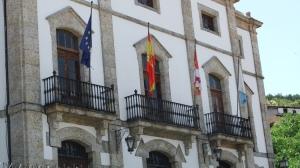 Todas las banderas del Ayto. de Candelario sin respetar el luto oficial