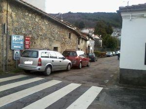 Coches mal aparcados en Candelario