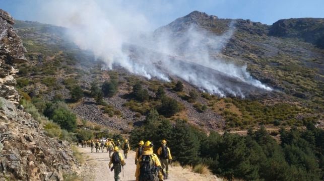 El Plan Infoex trabaja en la extinción de un incendio en Hervás, cerca del Pinajarro