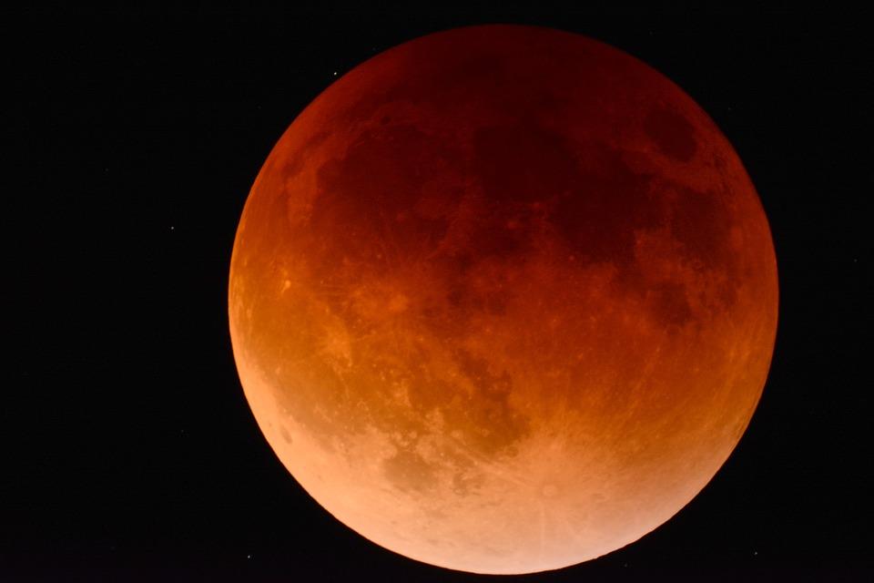El segundo eclipse lunar del año podrá verse en Candelario este lunes a partir de las 21.10 horas